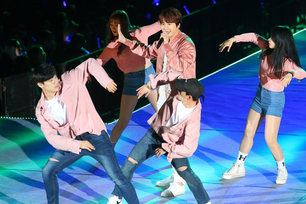 南韓天團「SUPER JUNIOR」主唱圭賢(中)首度在台開唱。記者王騰毅/攝影