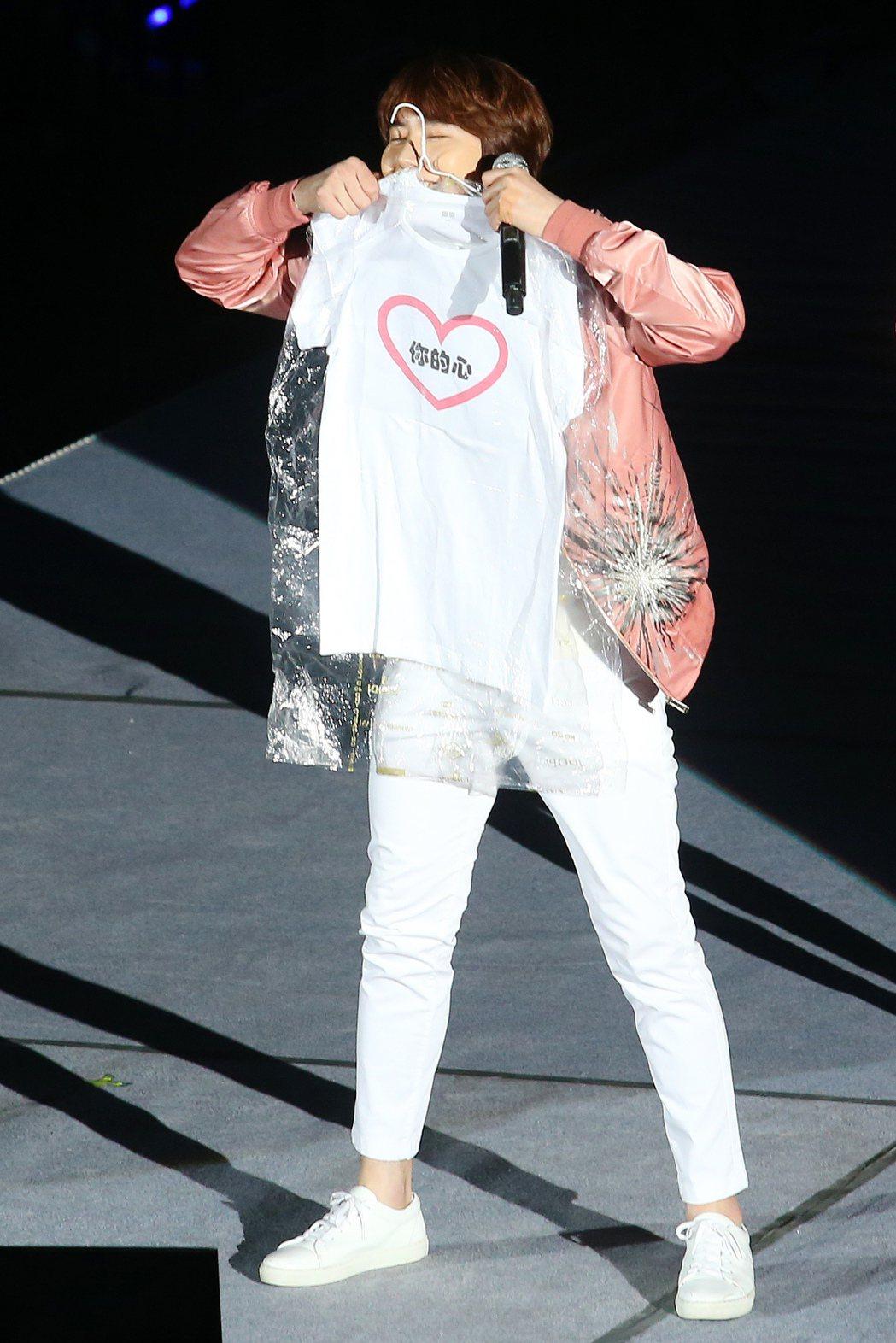 南韓天團「SUPER JUNIOR」主唱圭賢首度在台開唱,俏皮舉動逗樂粉絲。記者...