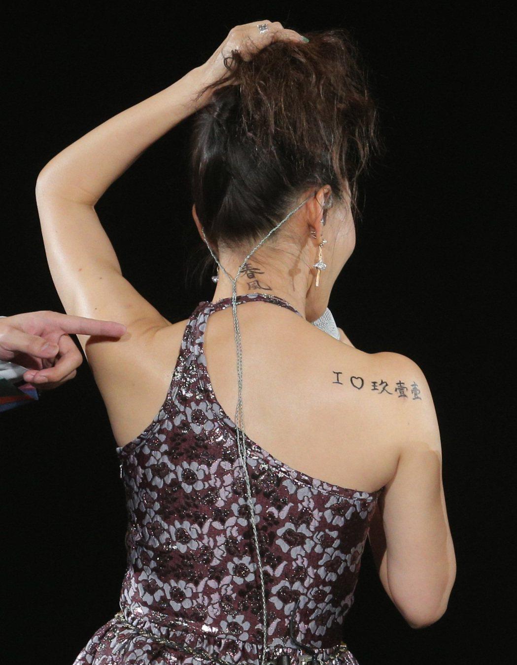 彭佳慧現身玖壹壹演唱會擔任嘉賓,露出背上刺青。記者劉學聖/攝影