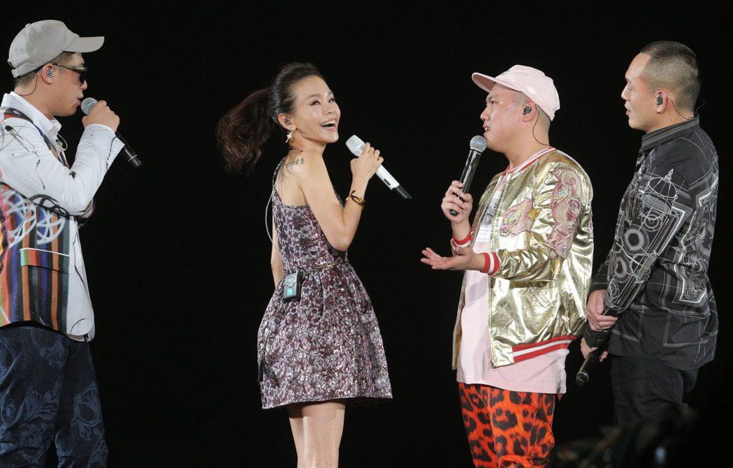 玖壹壹在高雄巨蛋舉辦演唱會,嘉賓彭佳慧秀出背後刺青表達支持。記者劉學聖/攝影