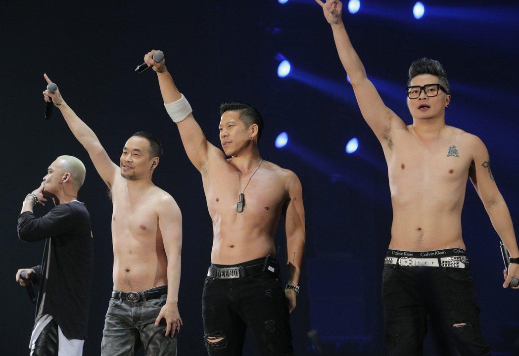 黃立成(左2)帶領麻吉家族嗨唱。記者劉學聖/攝影