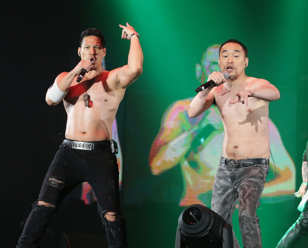 黃立成(右)和林智文嗨唱。記者劉學聖/攝影