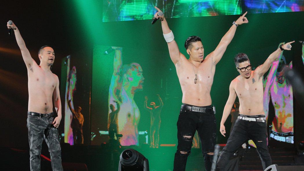 黃立成(左)帶領麻吉家族嗨唱。記者劉學聖/攝影