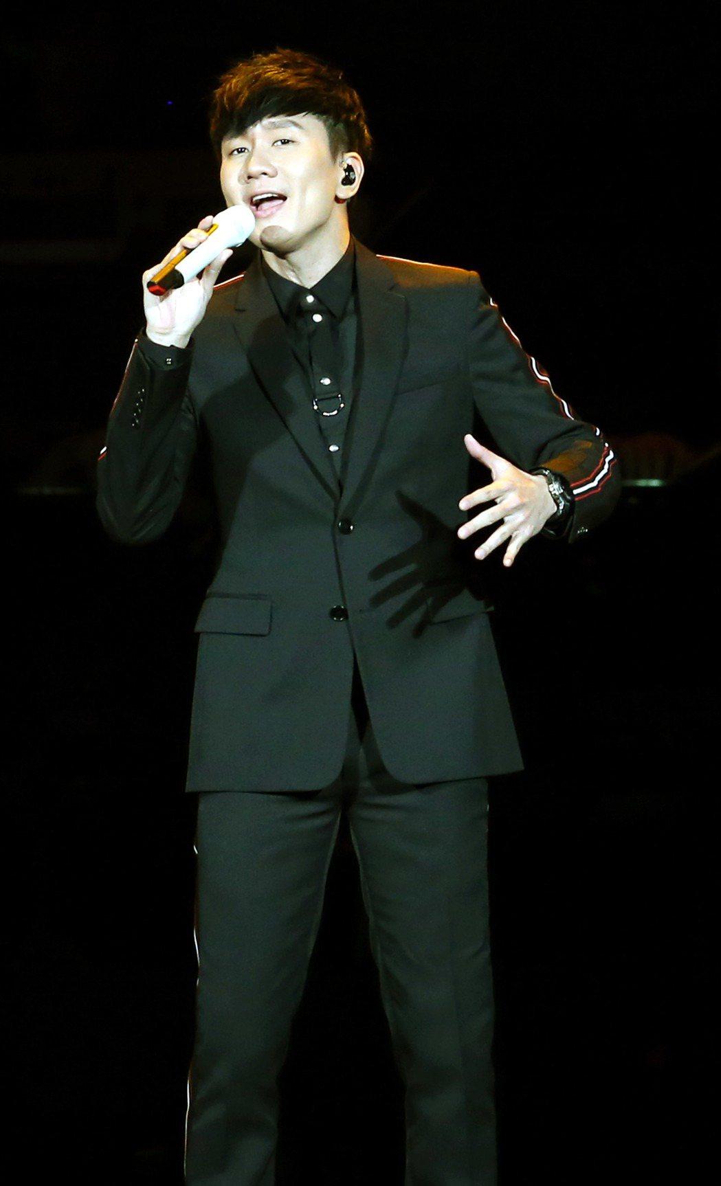 「假如我是羅大佑演唱會」在台北小巨蛋演出,林俊傑演唱羅大佑經典作品「滾滾紅塵」。...