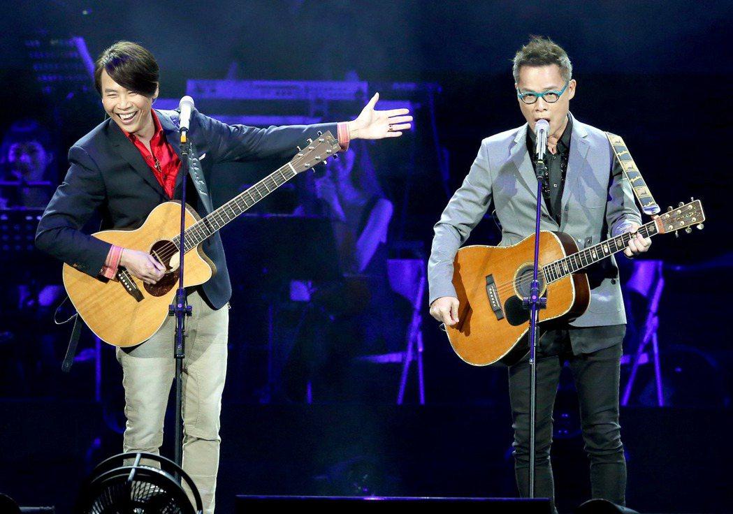 「假如我是羅大佑演唱會」在台北小巨蛋演出,羅大佑(右)親自到場,與陶&#2189...