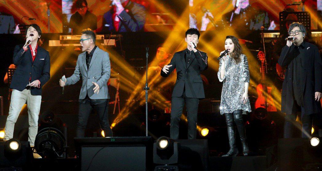 「假如我是羅大佑演唱會」在台北小巨蛋演出,羅大佑(左二)親自到場,張宇(右起)、...
