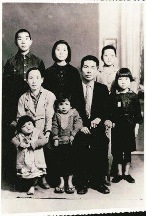 丘秀芷(左下幼兒)的大哥(左一)去海南島前全家合影。 丘秀芷/圖片提供
