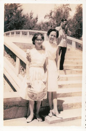 民國52年,中華合唱團去金門,丘秀芷(左)與鍾梅音合影。 丘秀芷/圖片提供