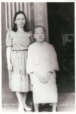 民國69年,丘秀芷(左)採訪蔣渭水遺孀陳甜女士。 丘秀芷/圖片提供