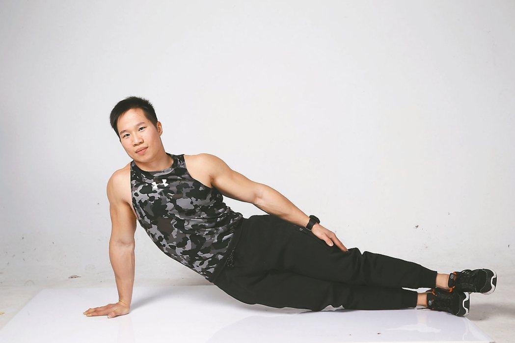 X【物理治療師提醒】軀幹旋轉未挺直,可能造成脊椎兩側肌群不平衡,長期做錯易影...