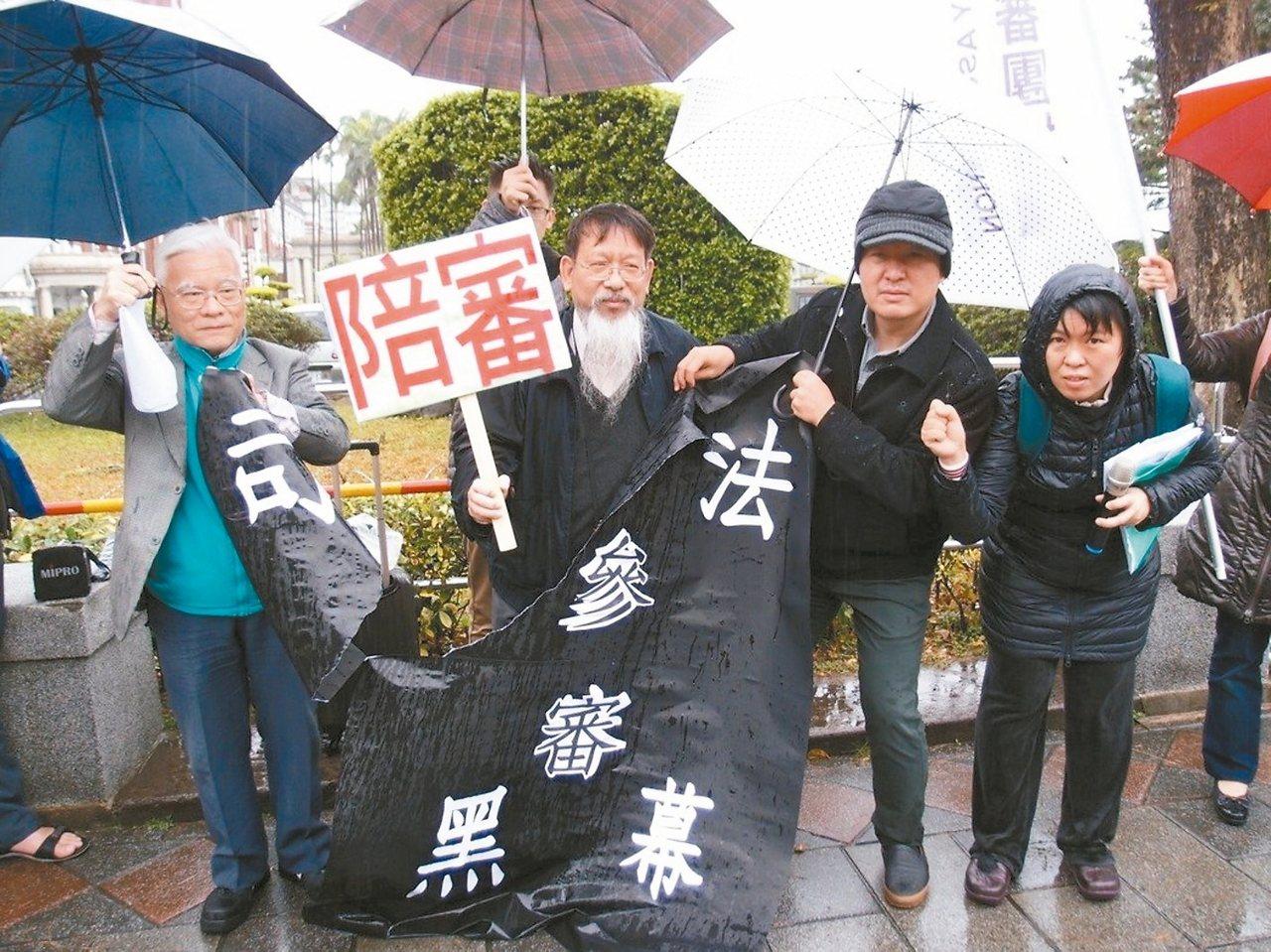 台灣陪審團協會理事長張靜(左二)25日的一篇投書,惹得司法院、法務部深夜發新聞稿...