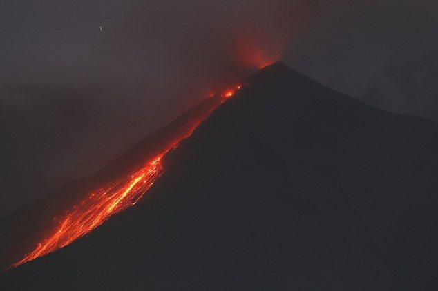 圖為瓜國火峰(Volcano of Fire)2016年1月的爆發。 ...