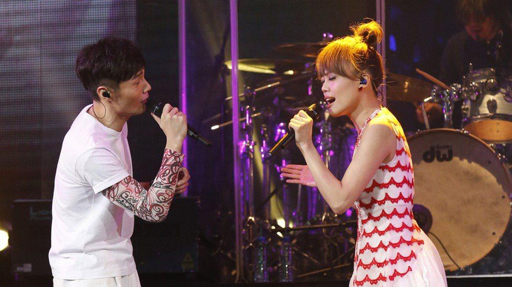 李榮浩(左)25日在香港開唱,容祖兒驚喜現身合唱。圖/華納音樂提供