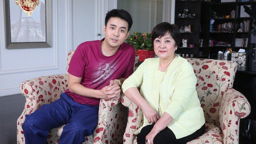 甄珍(右)與兒子劉子千感情極好。本報資料照片