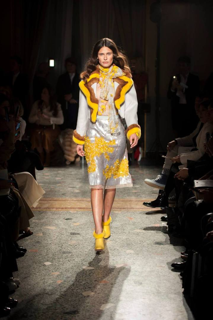 Blumarine的重點在於皮草的運用,除了大衣、外套之外還點綴在領口與袖口上維...