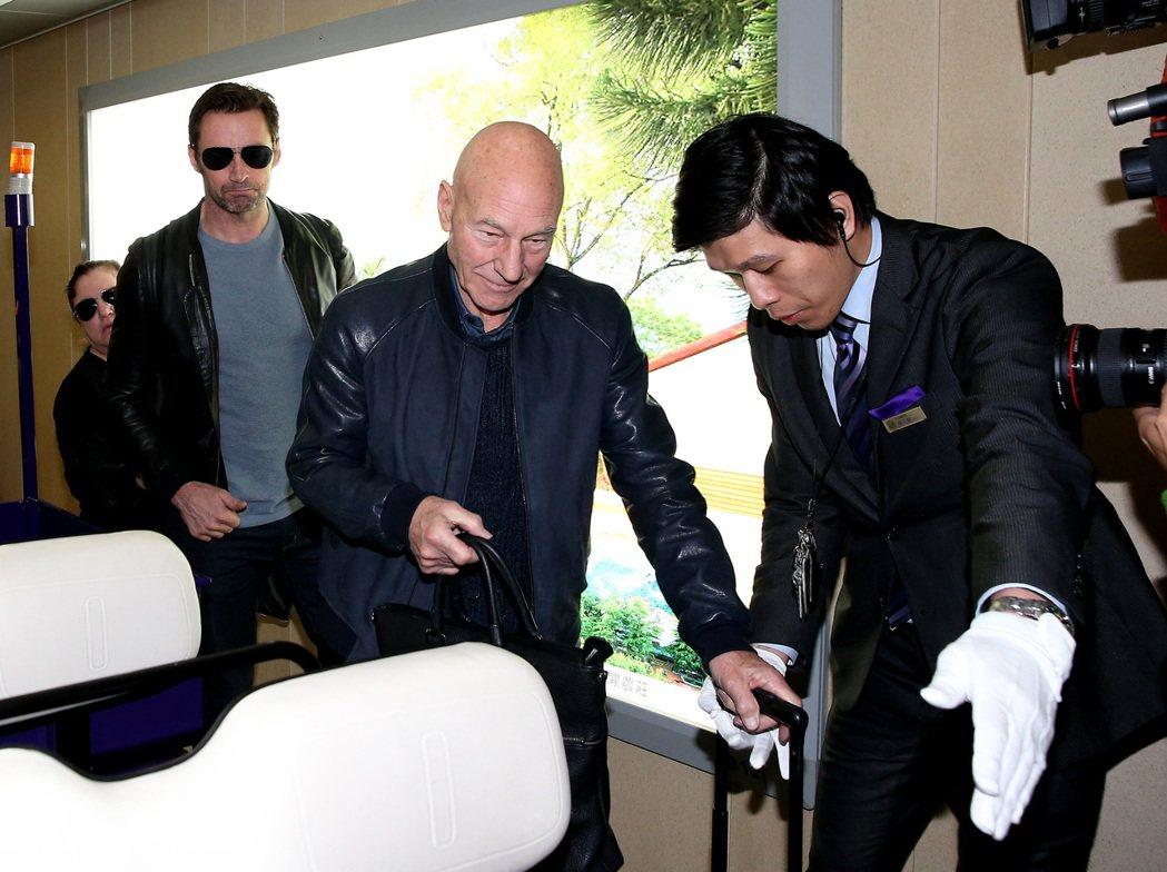 藝人休傑克曼(左)與派屈克史都華(左二),26日傍晚從香港搭機抵台宣傳新片。...