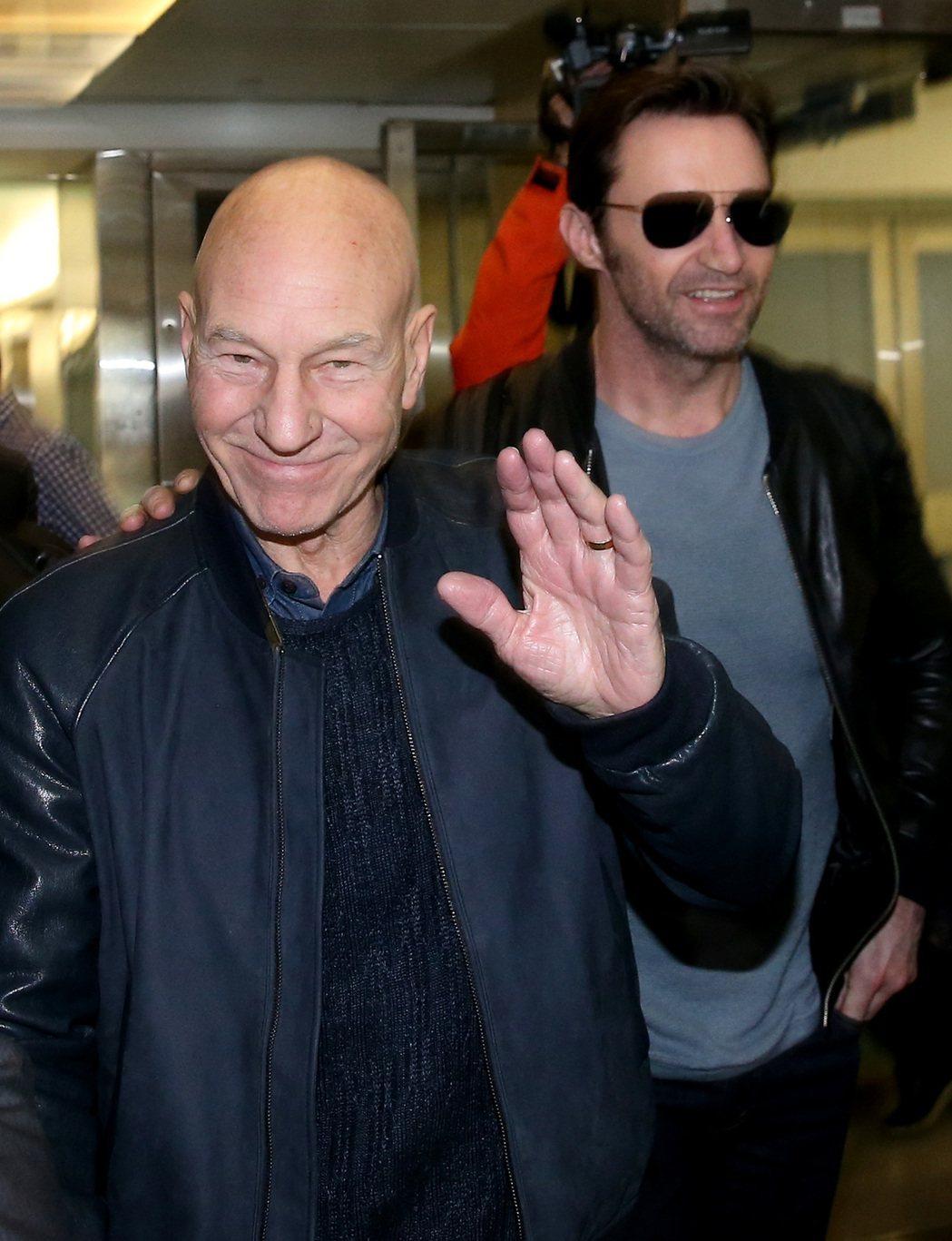 藝人休傑克曼(右)與派屈克史都華(左),26日傍晚從香港搭機抵台宣傳新片。...