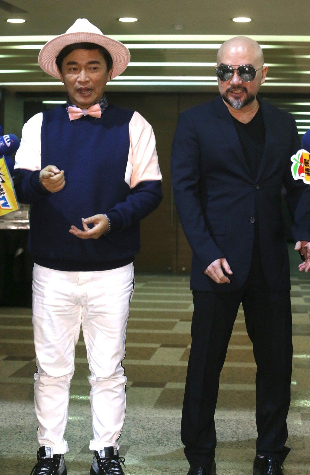 辛龍(右)偕吳宗憲(左)一同面對媒體記者,否認自己有中1.2億樂透。記者許正宏/...