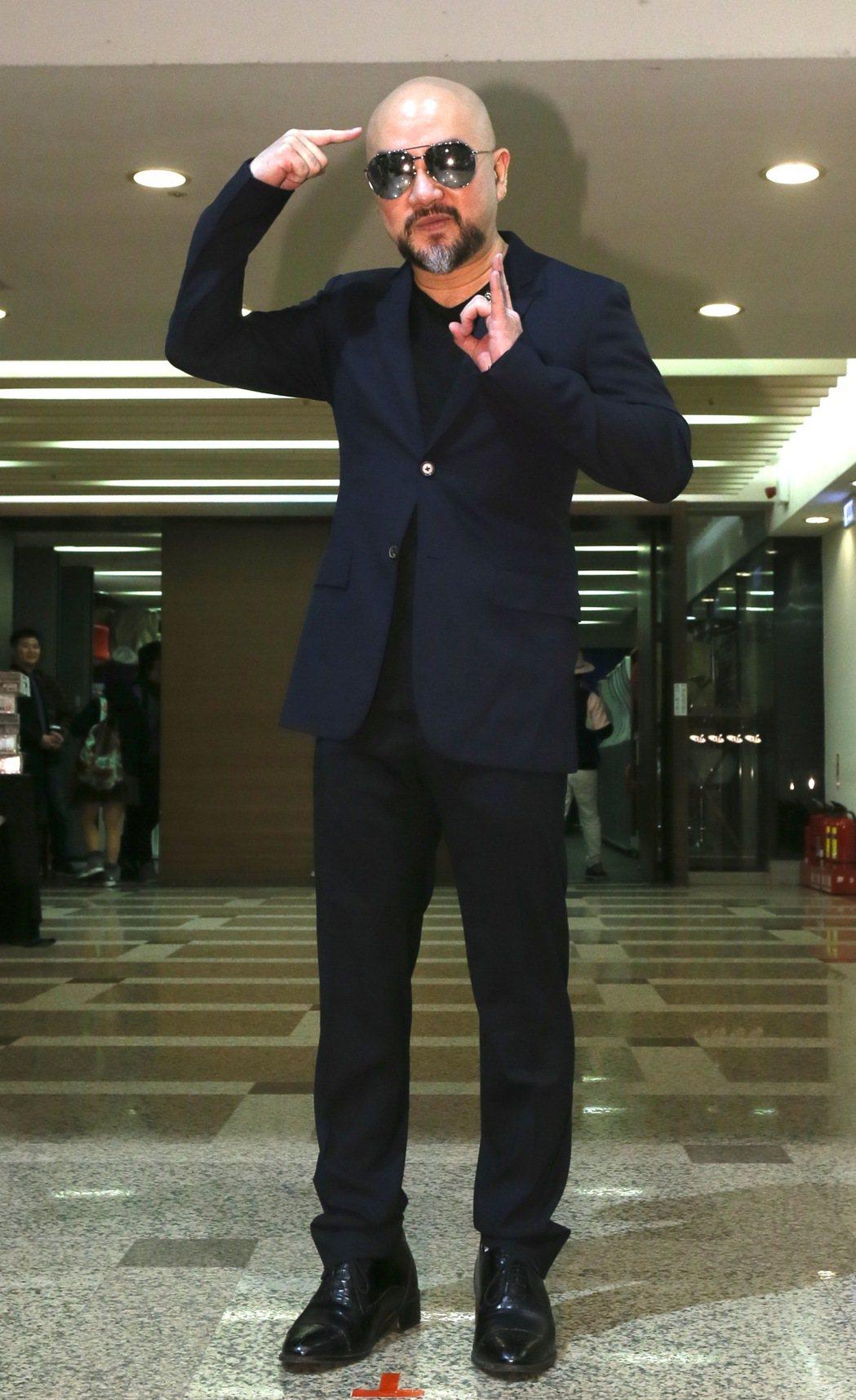 藝人辛龍(圖)面對媒體記者,否認自己有中1.2億樂透,最後他指著自己的元寶頭讓記...
