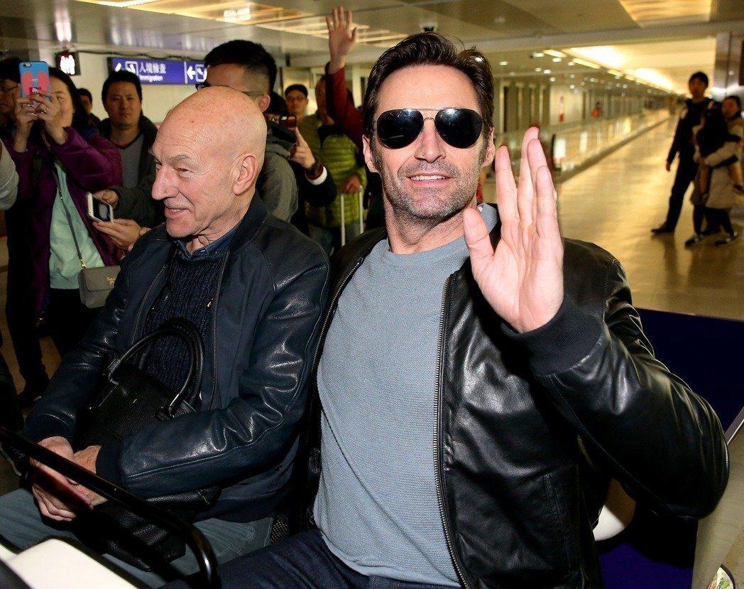 藝人休傑克曼(右)與派屈克史都華(左)26日傍晚從香港搭機抵台宣傳新片。 記者陳...
