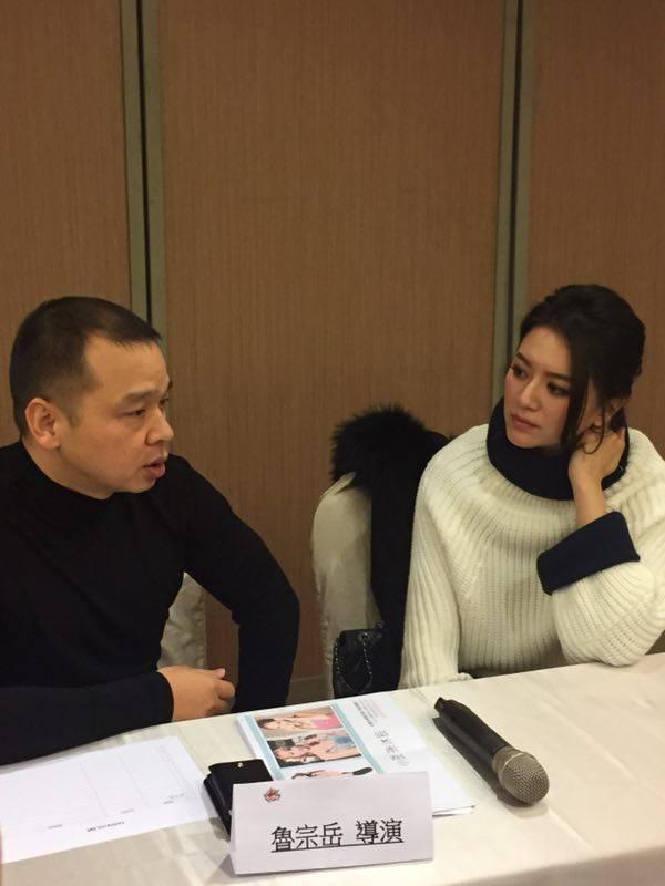 女星李妍憬現身跟導演魯宗岳「打聲招呼」,並且當場討論起劇本來。圖/娛人製造提供
