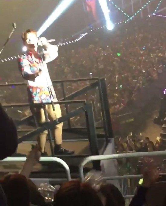 Jun.K在移動舞台邊緣與二樓粉絲互動。圖/摘自Dispatch