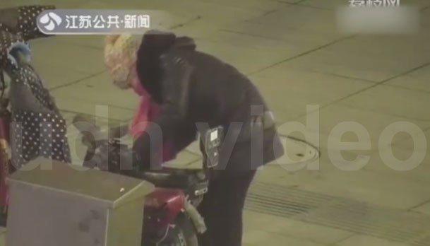 一位大媽私自拔下監控器電源插頭,為自己的電動車充電。 圖/擷自影片