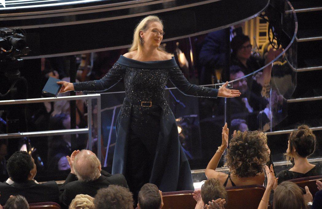 在頒獎典禮中,主持人吉米金莫公開嗆聲川普時也特別提到「梅莉史翠普很平庸」來嘲諷川