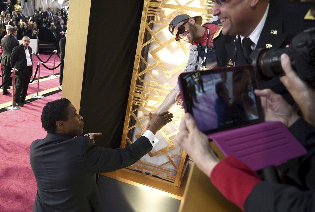 丹佐華盛頓與場邊粉絲握手。 圖/美聯社