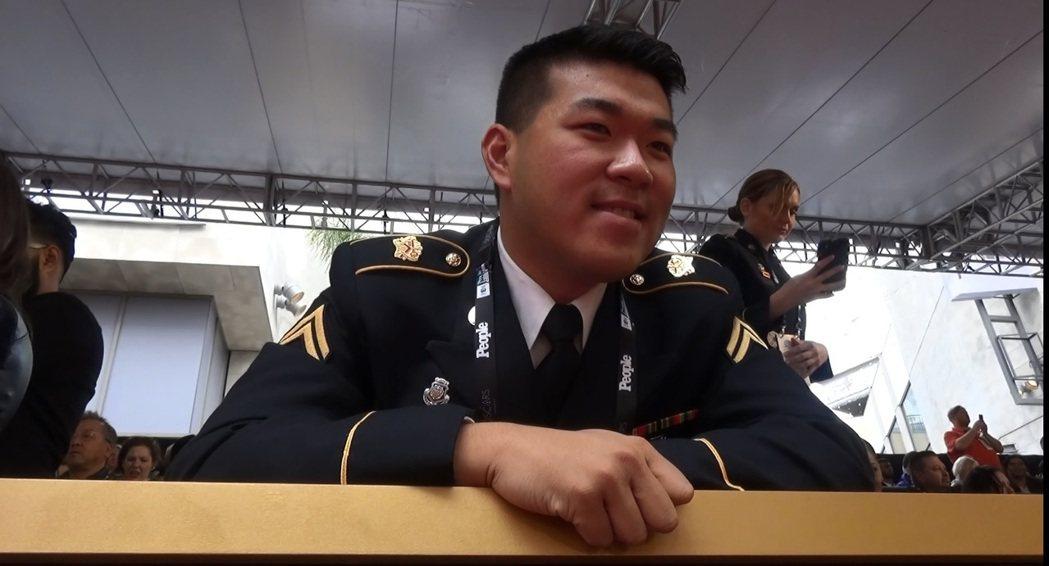 華裔軍官姚鳴謙奧斯卡紅毯觀禮,他說,希望能在紅毯跟導演達米恩查澤雷打招呼。中央社...