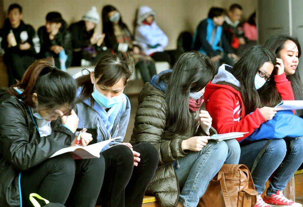 大學個人申請3月開跑,以往學生填志願,常會考慮名校光環,現在不少大學主打雙專長、...