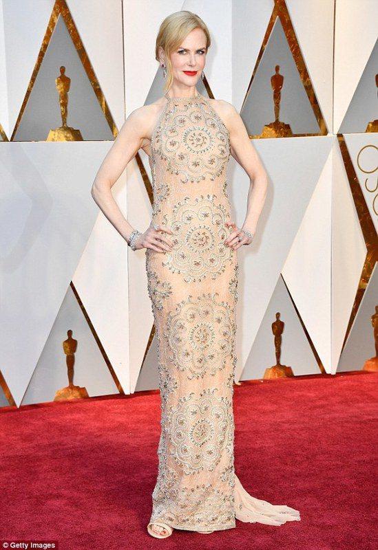 以「漫漫回家路」入圍最佳女配角的妮可基嫚身穿愛牌Armani的裸色刺繡禮服。圖/