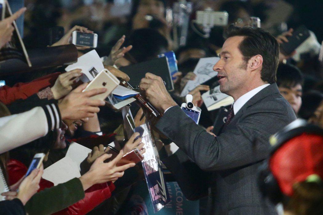 好萊塢影星休傑克曼(前右)來台宣傳新片「羅根」,27日晚間在台北101水舞廣場出