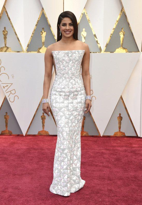寶萊塢女星琵豔卡‧喬普拉(Priyanka Chopra),以白色時尚禮服參加奧