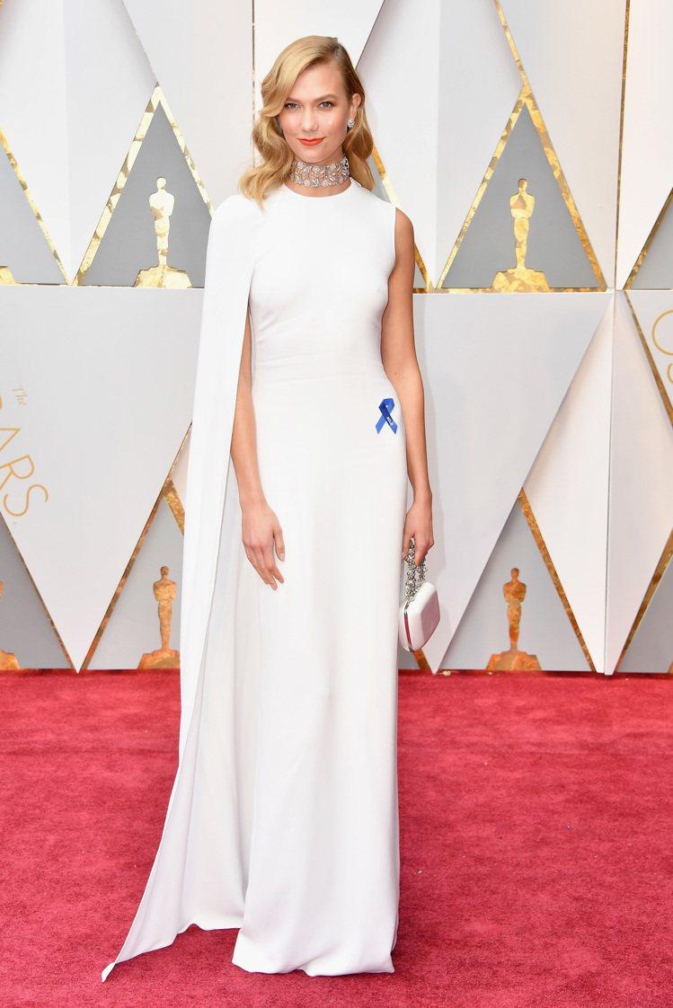 超模Karlie Kloss穿Stella McCartney白色披風式禮服,並...