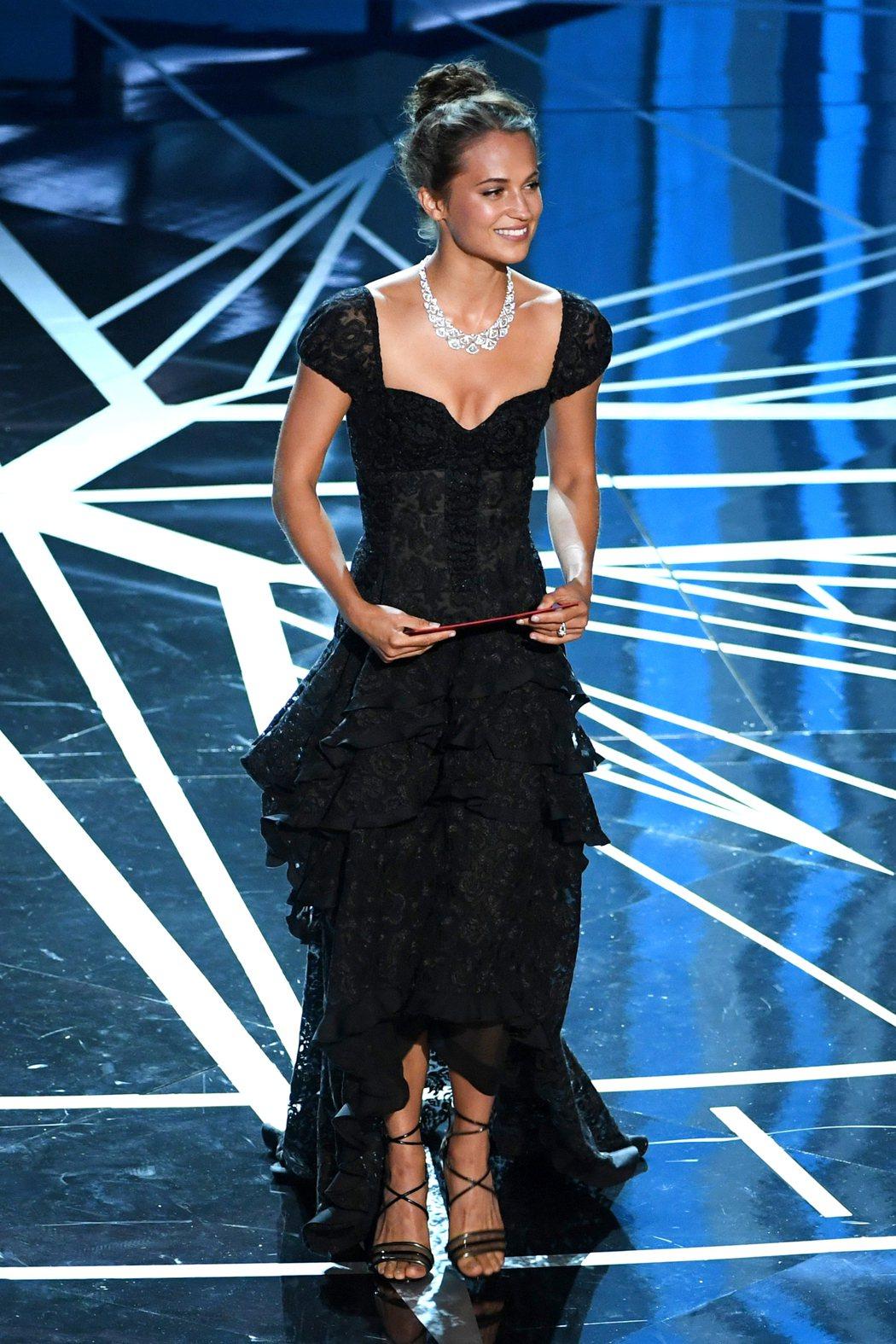 新秀艾莉西亞薇坎德身穿Louis Vuitton蕾絲禮服,配戴Bvlgari提供...