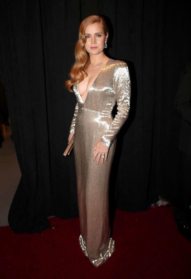 艾美亞當斯以性感深V禮服搭配 CINDY CHAO的藝術珠寶樹枝耳環。圖/路透社