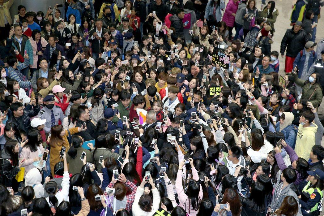 南韓團體ASTRO的6位成員,27日下午搭乘韓亞航空班機抵達桃園機場,數百名粉絲...