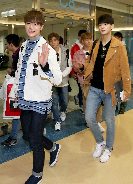 南韓團體ASTRO的6位成員,27日下午搭乘韓亞航空班機抵達桃園機場。  記者陳...