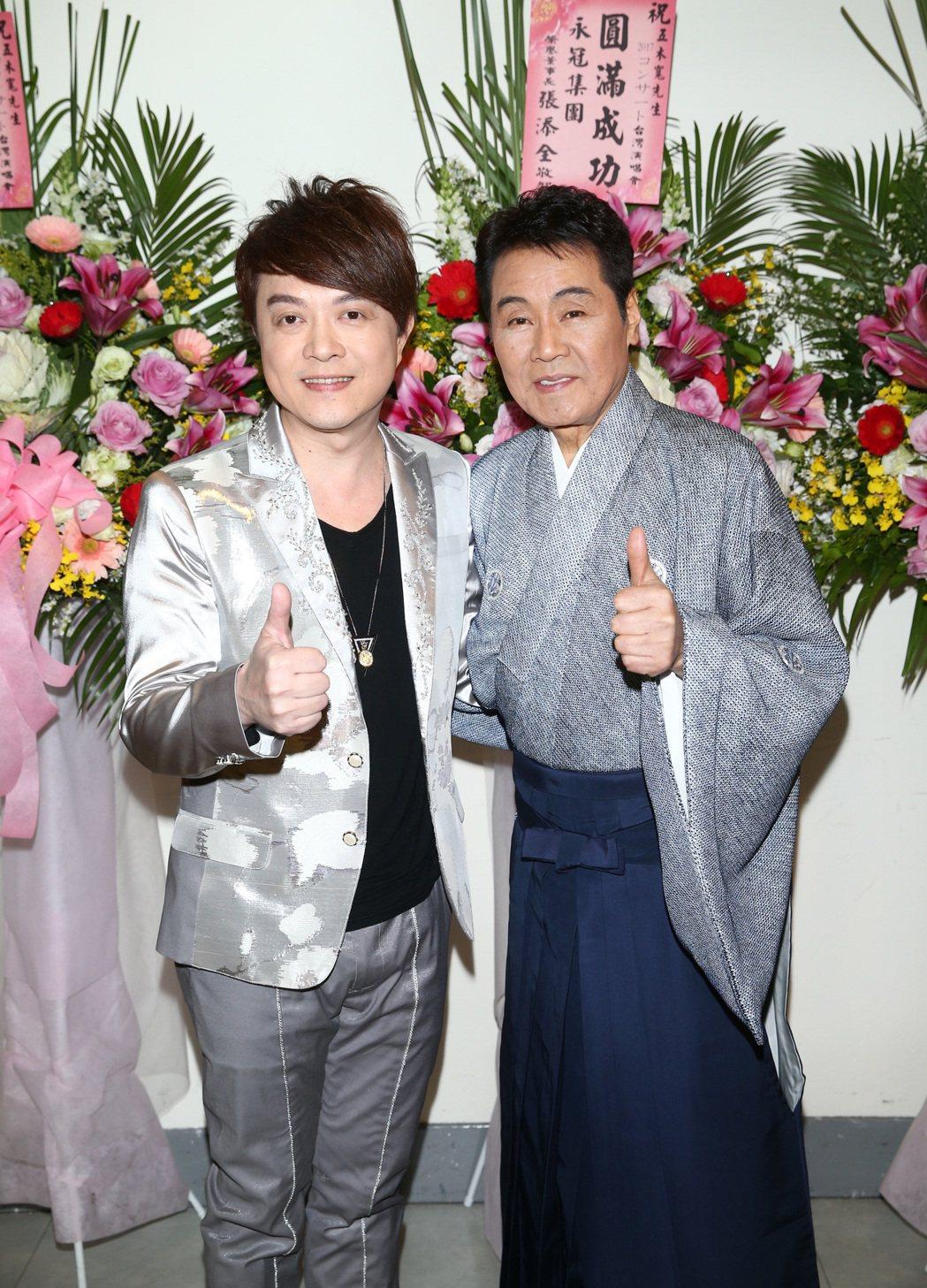 68歲日本演歌天王五木寬(右)在台北國際會議中心舉行演唱會,歌手翁立友(左)當嘉...
