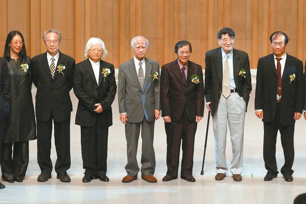 2006年,李喬(左二)獲國家文藝獎,得獎者林璟如(左起)、李喬、柯錫杰、郭芝苑...