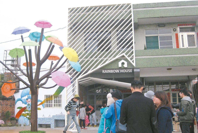 彰化縣和美鎮卡里善之樹吸引年輕遊客結伴參觀。 記者簡慧珍/攝影