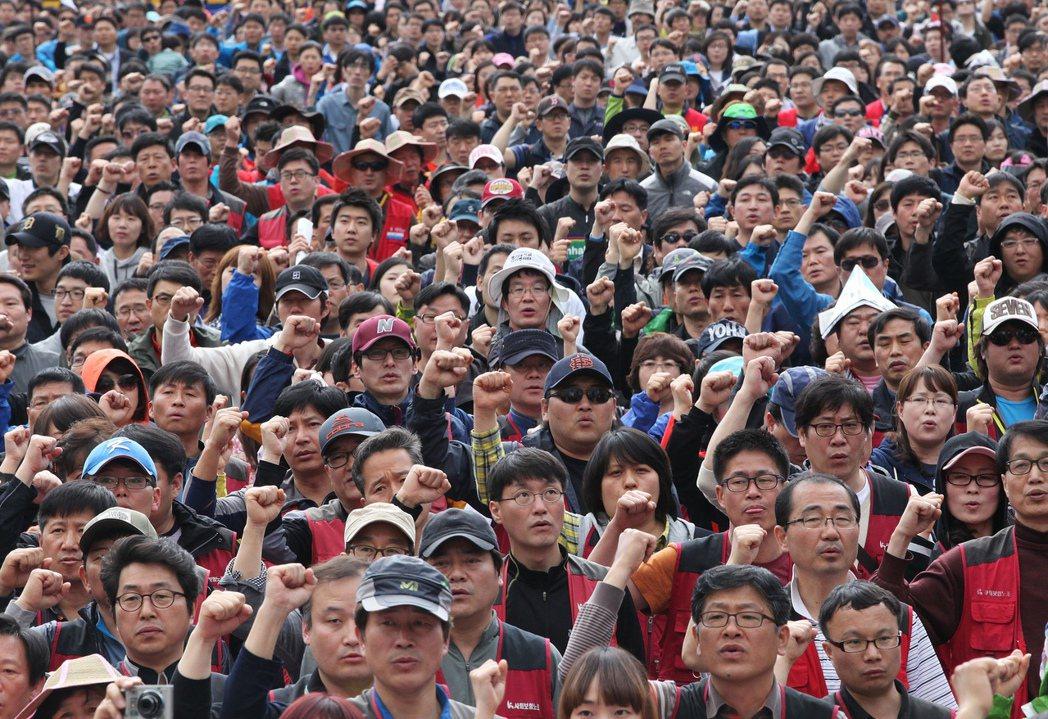 南韓工人經常上街示威要求改善工作待遇,但工時仍在全球名列前茅。 (美聯社)