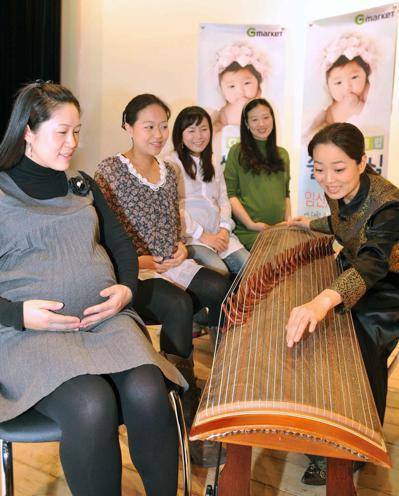 南韓孕婦上胎教課,聆聽傳統樂器「伽倻琴」演奏。 (歐新社)