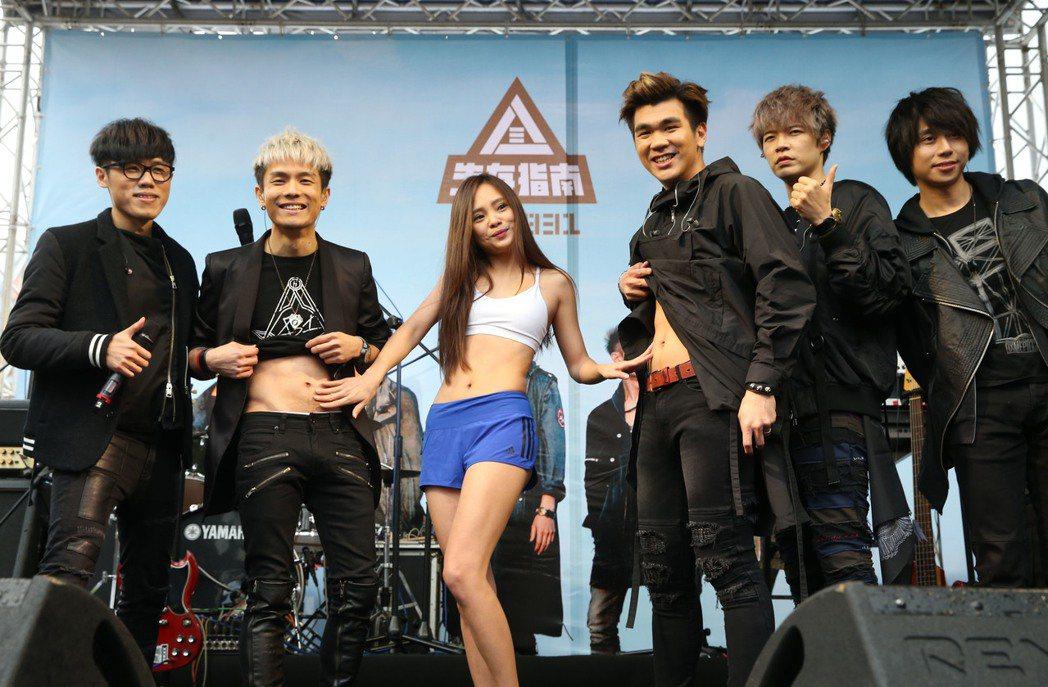人氣夯團『八三夭』新作「生存指南」28日冒雨在台北西門紅樓廣場舉行簽唱會,現場演