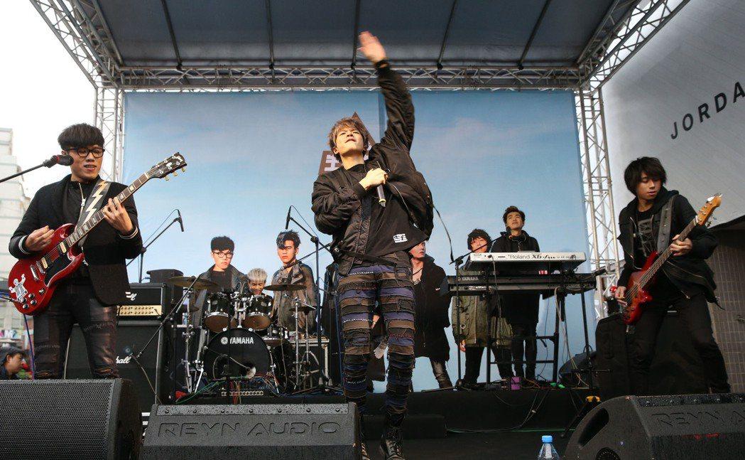 人氣夯團『八三夭』新作「生存指南」28日冒雨在台北西門紅樓廣場舉行簽唱會,現場演...