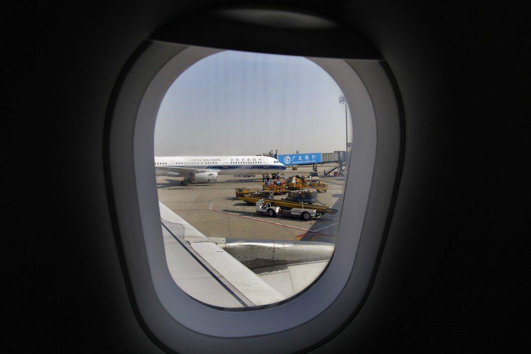 機艙窗戶的遮陽板在起飛和降落時必須拉起。 圖/路透資料照