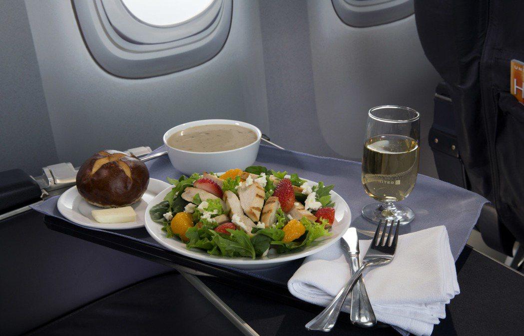 即使是頭等艙餐點,在空中吃起來也會覺得不怎麼好吃。 圖/美聯社資料照
