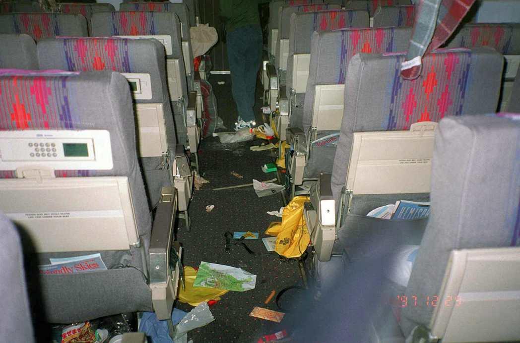 強烈亂流會把客艙搞得亂七八糟,但飛機不會解體。 圖/美聯社資料照