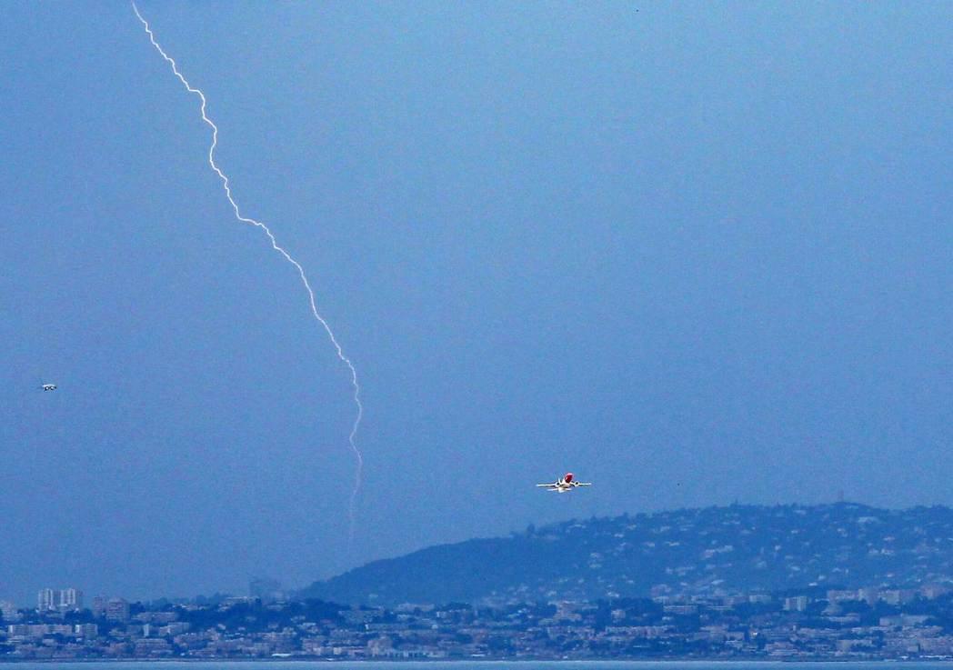 飛機的安全設計和金屬機殼,讓雷擊不會傷害機體和乘客。 圖/法新社資料照